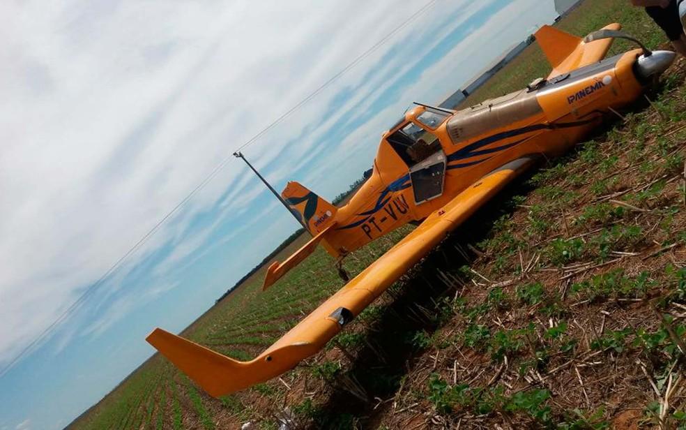 Após pouso forçado em fazenda no oeste da Bahia, aeronave ficou amassada e perdeu roda dianteira (Foto: Divulgação/Polícia Militar)
