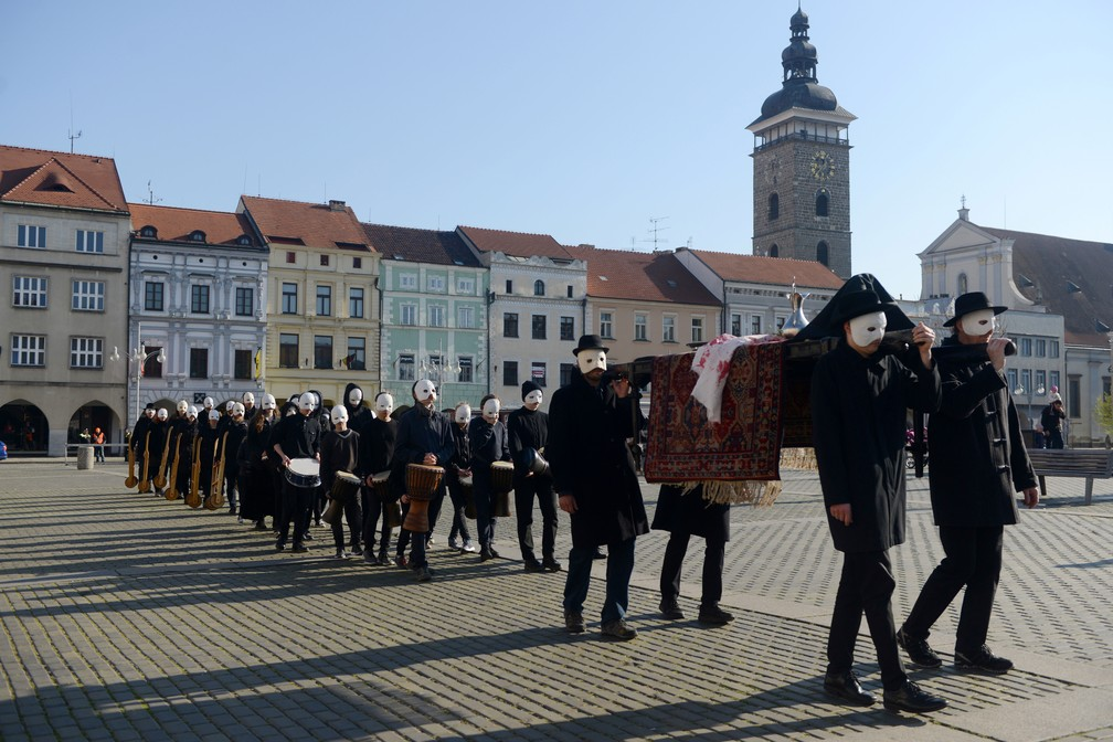 Com máscaras brancas, fiéis participam de procissão em Ceske Budejovice, na República Tcheca — Foto: Michal Cizek/AFP