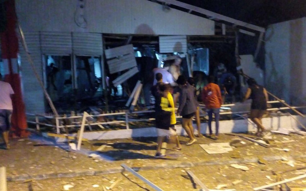 Agência teve portas destruídas com ataque, na madrugada deste sábado (16) (Foto:  Lucas Paulo Monteiro da Silva/ Arquivo Pessoal)