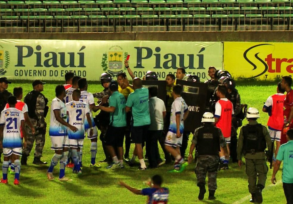 Jogadores cercam trio de arbitragem e, além do volante Ramon, mais dois são expulsos (Foto: TV Clube)