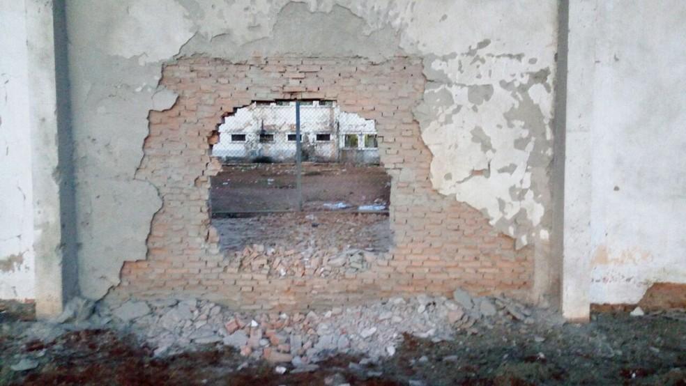 Grupo atirou contra agentes, explodiu muro de penitenciária e 31 presos fugiram da Penitenciária Major Eldo Sá Corrêa, a Mata Grande, em Rondonópolis (Foto: Sindspen/Divulgação)