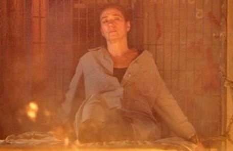 Tereza Cristina colocará fogo no cativeiro de Griselda (Lilia Cabral) para tentar matá-la, mas Antenor (Caio Castro) salvará a mãe Reprodução