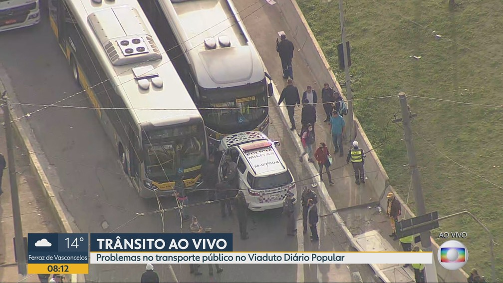 Policiais militares acompanham protesto que parou ônibus no Viaduto Diário Popular, no Centro de SP — Foto: Reprodução TV Globo