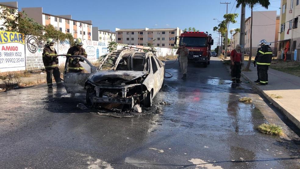 Carro da Enel incendiado no Bairro Jangurussu, em Fortaleza. — Foto: Paulo Sadat/ SVM