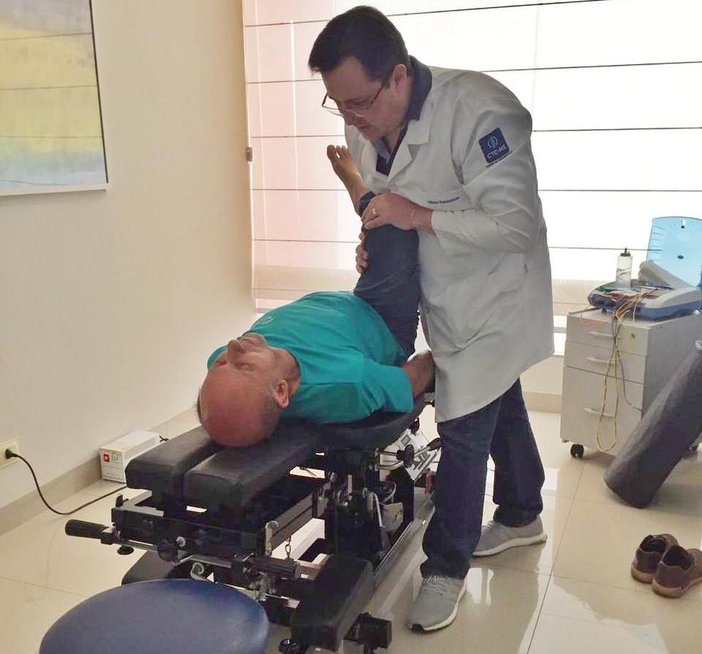 Pacientes adultos procuram fisioterapia para aliviar dores nas costas causadas por fatores como estresse e herditariedade. — Foto: ITC Vertebral Chácara Cachoeira/Reprodução