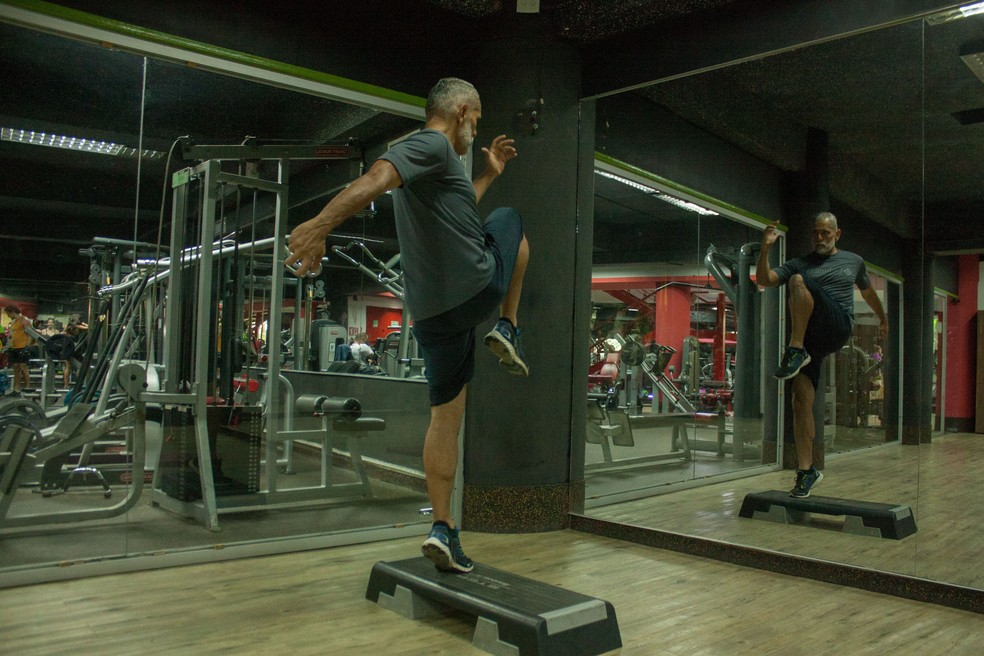 Use bolas ou plataformas, conhecidas também como step, para treinar o seu corpo em desequilíbrio e ganhar mais condicionamento para pedaladas em trilhas — Foto: Unsplash