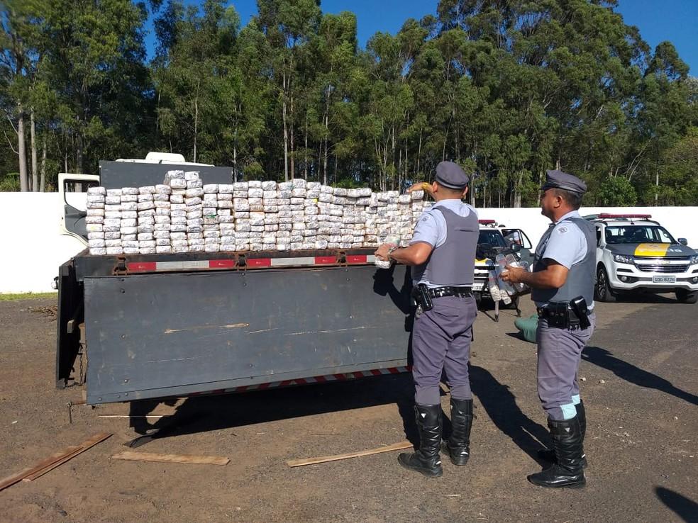 Droga era transportada em caminhão — Foto: Heloise Hamada/TV Fronteira