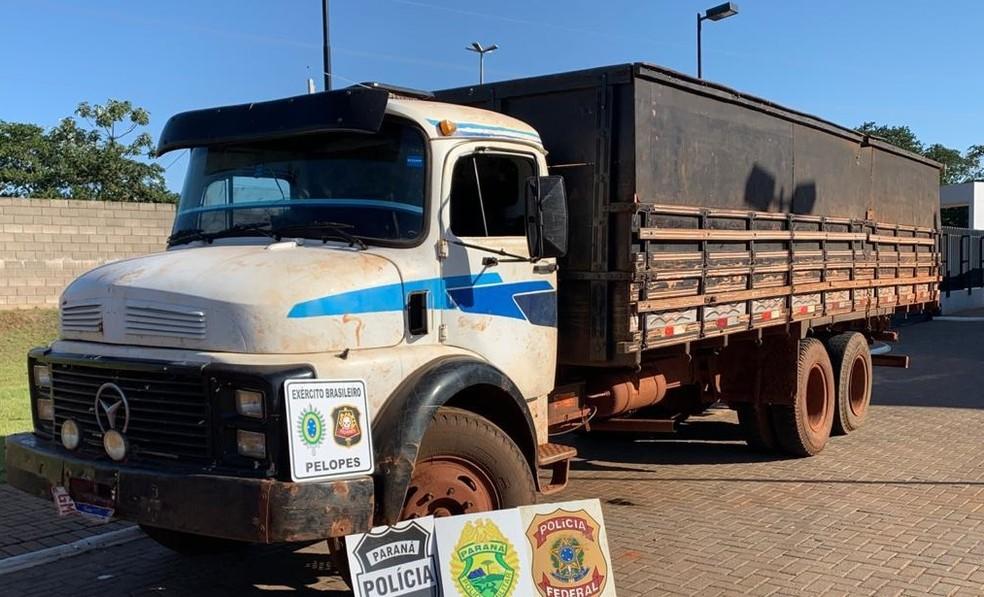 Segundo a polícia, as cargas estavam sendo baldeadas entre os caminhões quando os policiais chegaram ao local, na zona rural de Guaíra — Foto: PM/Divulgação