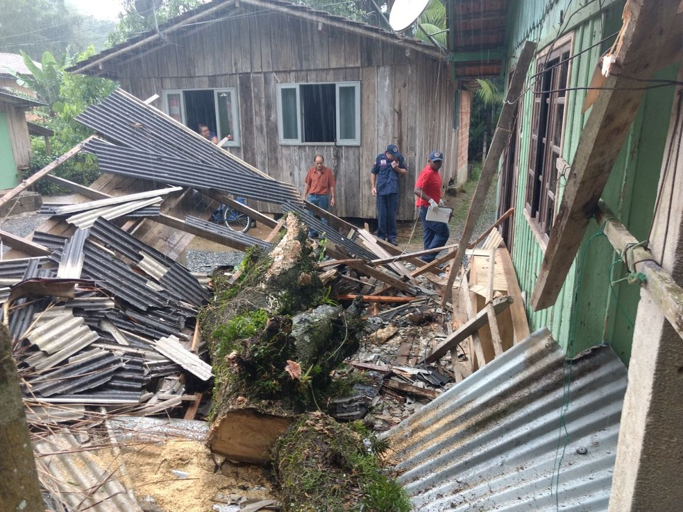 Menina morre após tronco cair sobre telhado de garagem de casa em São João Batista na tarde desta quarta-feira (10) (Foto: Corpo de Bombeiros/Divulgação)