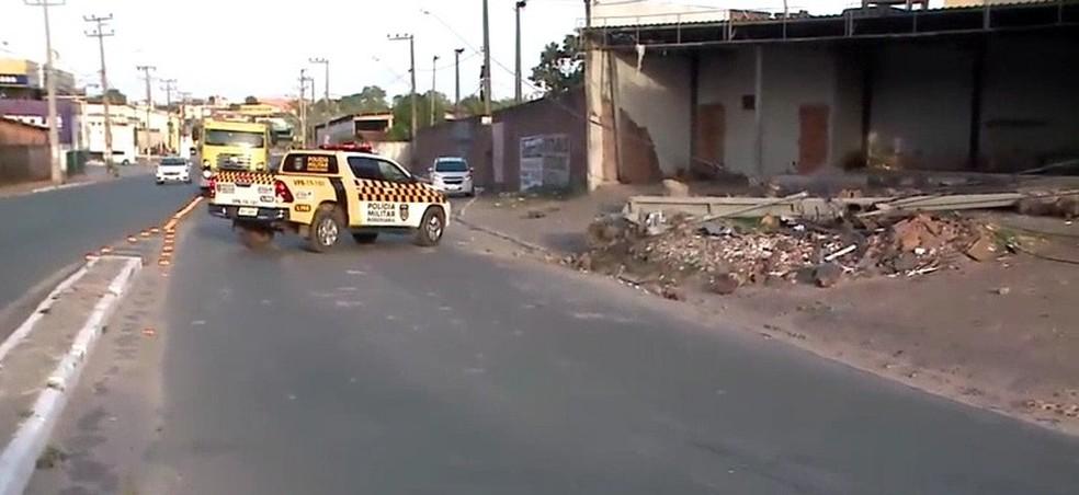 Um veículo de passeio bateu em um poste de iluminação pública.  — Foto: Reprodução/ TV Mirante