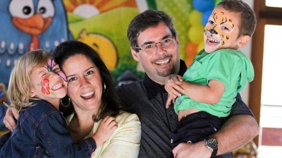 Os engenheiros Fabiana e Marcus Clark juntos com os filhos, Raissa e Benjamin — Foto: BBC/Arquivo pessoal