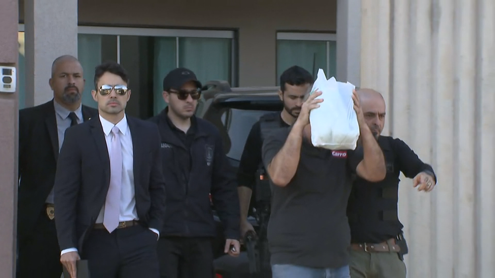 Alvo da operação Checklist, Edson Sousa de Oliveira saindo de casa ao ser abordado (Foto: TV Globo/Reprodução)