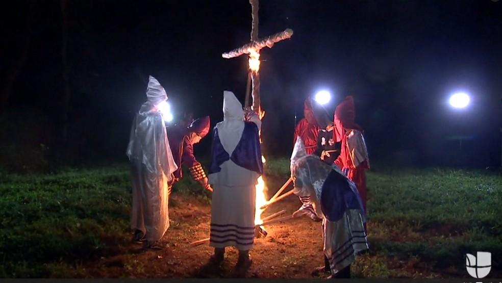 Membros da Ku Klux Klan queimam cruz em reunião ocorrida em 24 de julho na propriedade do líder supremacista Chris Barker; na ocasião, ele ameaçou queimar uma jornalista negra que o entrevistava (Foto: Reprodução/Univision)