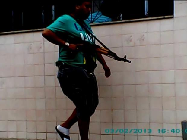 Traficantes andam fortemente armados nas ruas do Complexo da Maré (Foto: GloboNews)