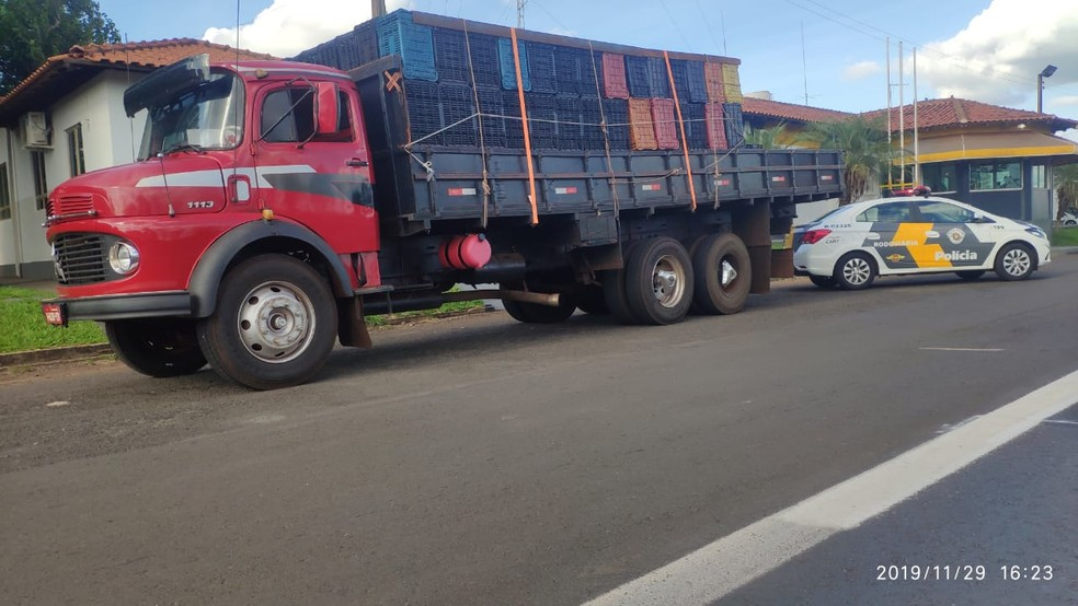 Equipe abordou caminhão com placas de Campo Grande (MS) em Ourinhos (SP) — Foto: Polícia Rodoviária/Divulgação