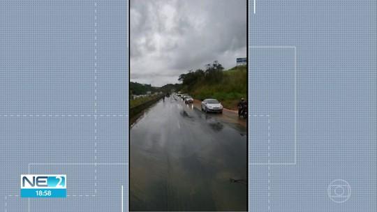 Trechos da BR-232 alagam e veículos pegam a contramão da rodovia para seguir viagem no Grande Recife; veja vídeo