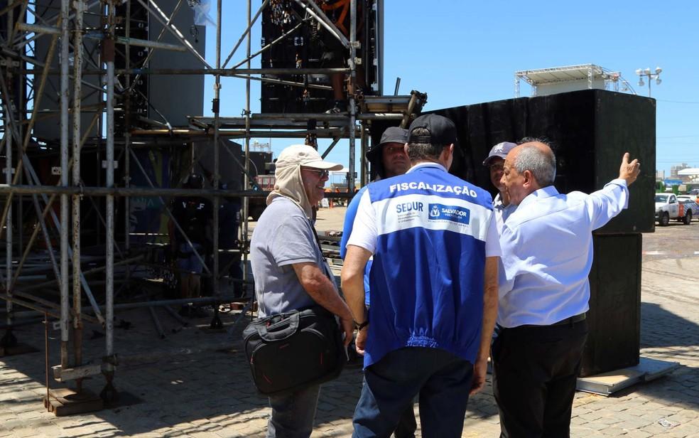 Funcionários da prefeitura fiscalizando a estrutura do Festival Virada Salvador, na Boca do Rio (Foto: Bruno Concha/Divulgação/Prefeitura de Salvador)