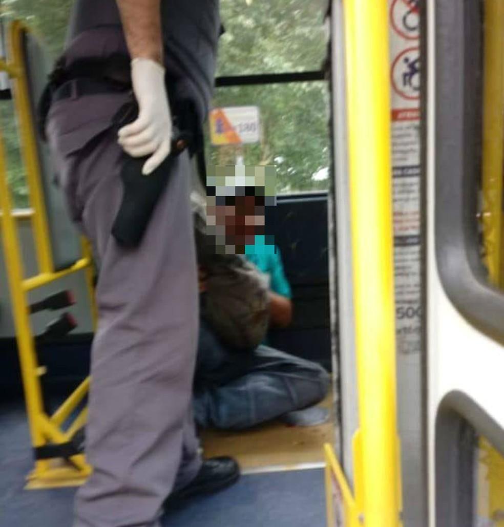 Homem foi detido após ser espancado por passageiras em ônibus de Praia Grande, SP (Foto: Reprodução/Praia Grande Mil Grau)