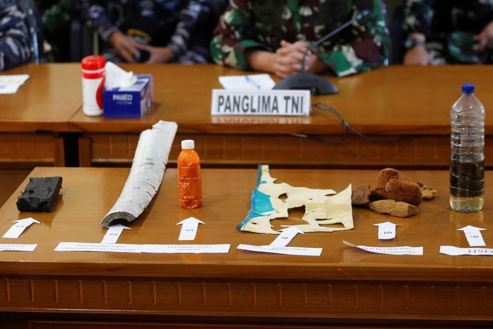 Destroços que seriam do submarino indonésio KRI Nanggala-402 são apresentados durante uma coletiva de imprensa em Bali, na Indonésia, neste sábado (24) — Foto: Johannes P. Christo/Reuters