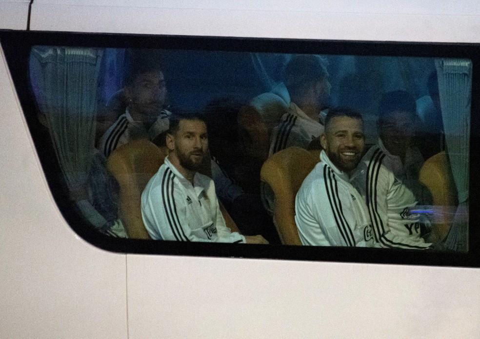 Messi na chegada do ônibus da Argentina — Foto: EFE/ Cati Cladera