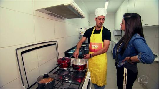 Danilo Avelar, que marcou o primeiro gol pelo Corinthians, faz gol na cozinha também