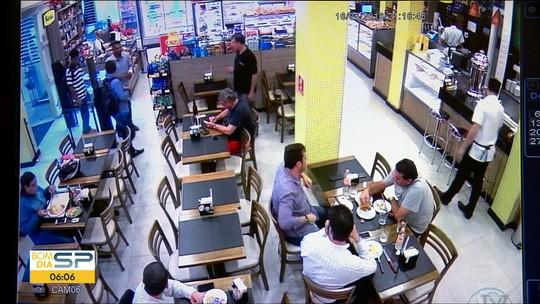 Homem morre e policial fica ferido durante tentativa de assalto em padaria na Zona Sul de SP; veja vídeo