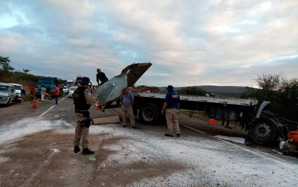 Batida entre carretas deixa uma pessoa morta na BR-116, em Jaguaquara (Foto: Roberto Brito/Blog Itiruçu Online)