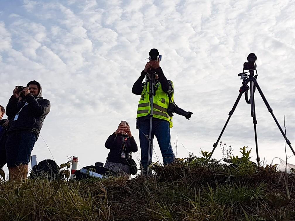 Fotógrafos apontam câmeras para o Aeroporto Internacional de Viracopos no 'Spotter day', em Campinas. — Foto: Luciano Calafiori/G1