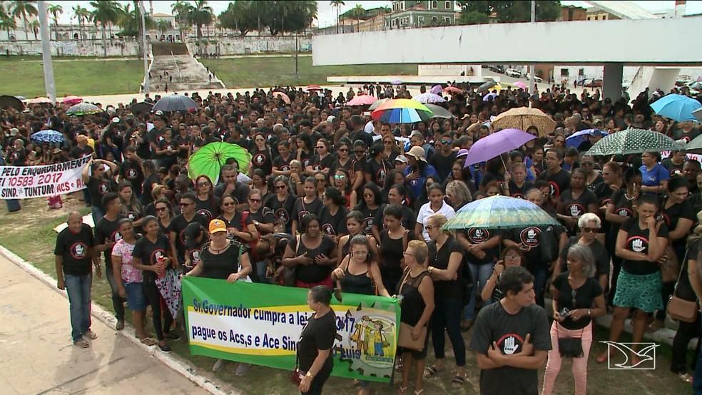 Manifestantes se reuniram na praça Maria Aragão em protesto contra o descumprimento de uma lei pelo Governo do Estado (Foto: Reprodução/TV Mirante)