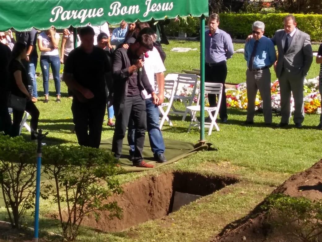 Corpo de gerente de banco que morreu após procedimento estético no RJ é enterrado em MT