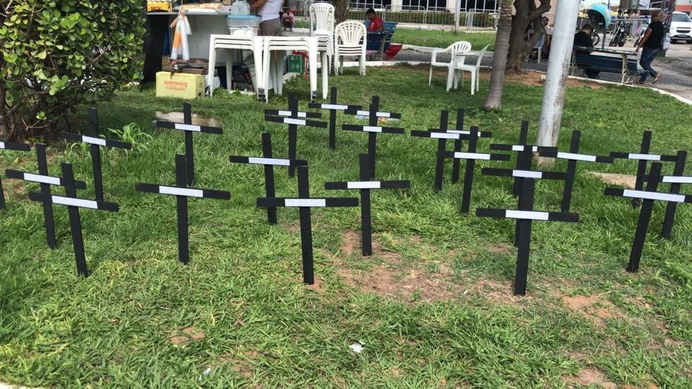 Cruzes fincadas na frente da AL simbolizam o número de deputados estaduais do RN (Foto: Ítalo Di Lucena/Inter TV Cabugi)