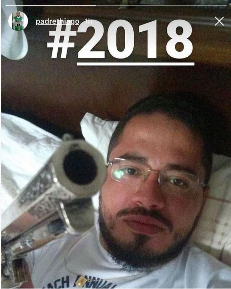 Padre Thiago Bruno com arma em foto publicada na internet (Foto: Reprodução)