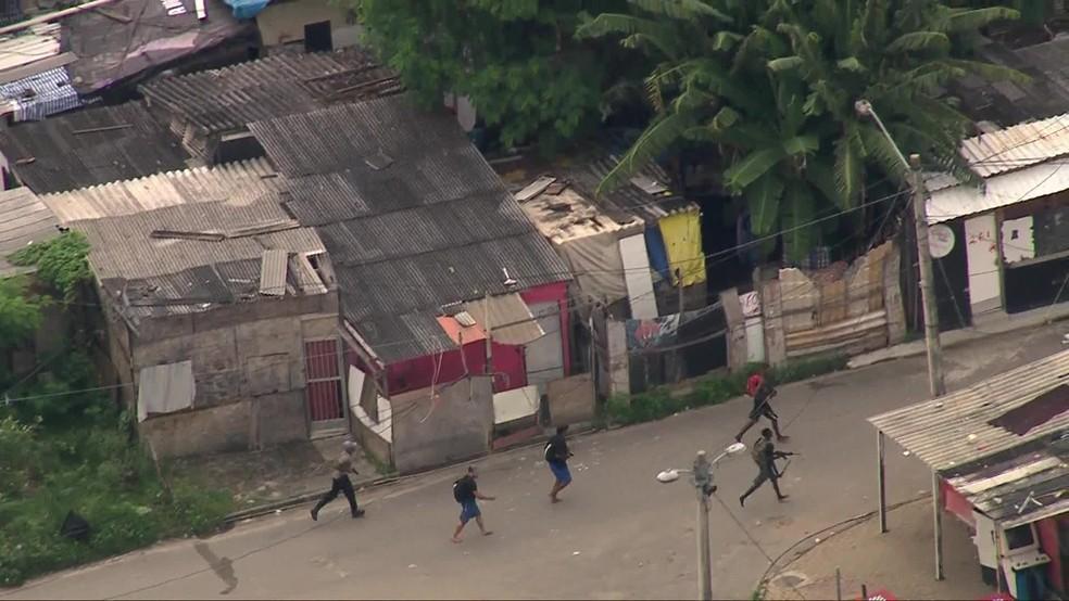 Criminosos armados com fuzis são flagrados correndo na Cidade de Deus, na Zona Oeste do Rio — Foto: Reprodução/ TV Globo