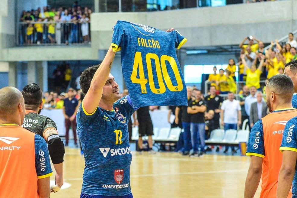 Falcão comemora gol de número 400 pela seleção — Foto: RICARDO ARTIFON/CBFS