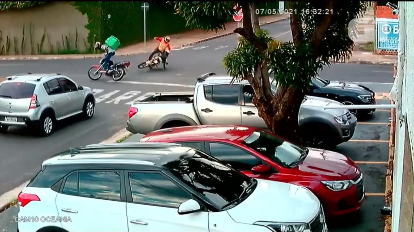 Entregador morre após invadir preferencial e colidir com moto e carro em Teresina; veja vídeo