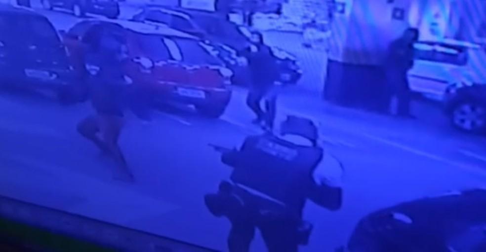 Criminosos rendem seguranças e assaltam carro-forte em Fortaleza — Foto: Reprodução