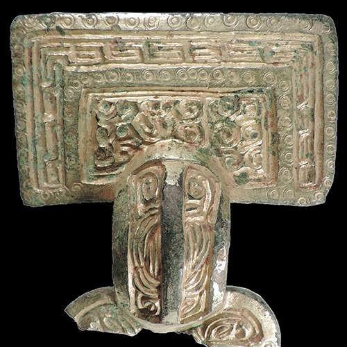 Broche encontrado na sepultura (Foto: Divulgação/ Universidade de Sheffield)