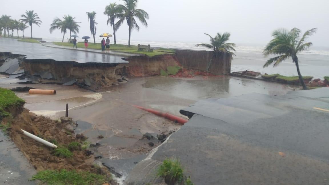 Temporal provoca crateras, fecha estrada e deixa ruas e casas alagadas em Peruíbe, SP