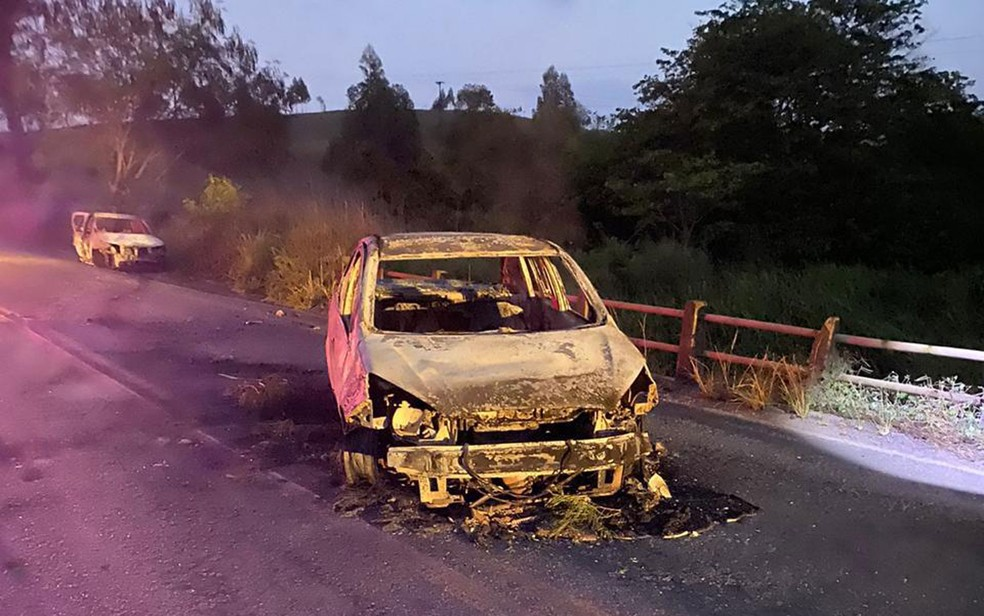 Carros foram incendiados após ataques — Foto: 21ª Coorpin de Itapetinga