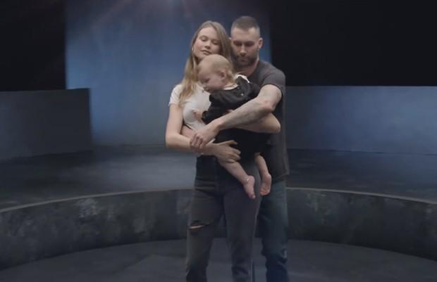 Adam Levine, Behati Prinsloo e Dusty (Foto: Reprodução/YouTube)