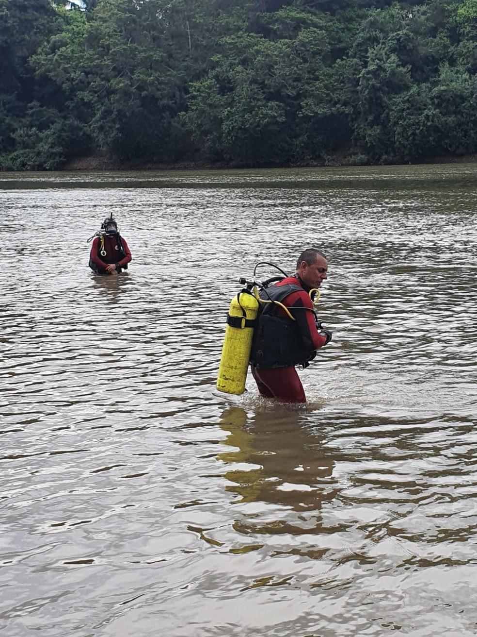 Bombeiros fizeram buscas e resgataram corpo do adolescente no Rio Caiabi, em Sinop — Foto: Corpo de Bombeiros de Mato Grosso