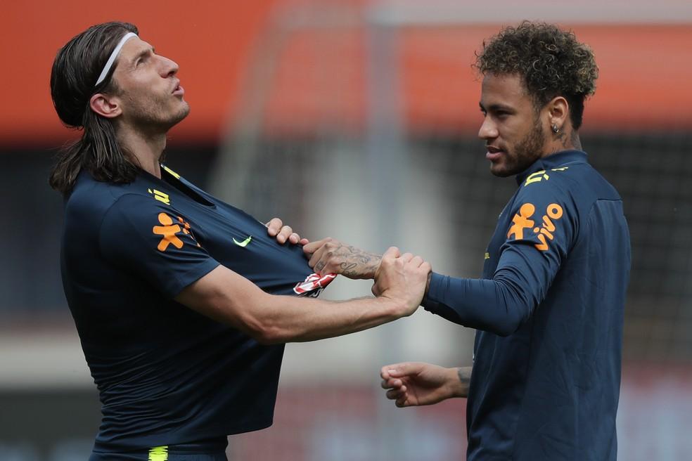 Filipe Luís e Neymar em treino da Seleção durante a Copa do Mundo — Foto: André Mourão / MoWA Press