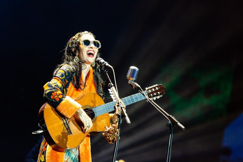 Marisa Monte se diverte em show dos Tribalistas no palco principal do Lollapalooza 2019 — Foto: Diego Baravelli/G1