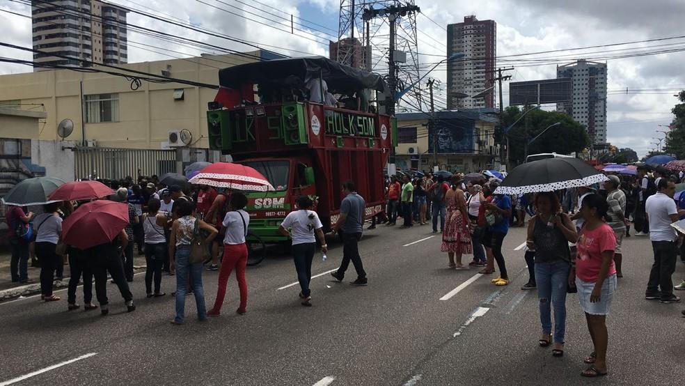 Professores e estudantes protestam na av. Almirante Barroso, em Belém. (Foto: Reprodução TV / Liberal)