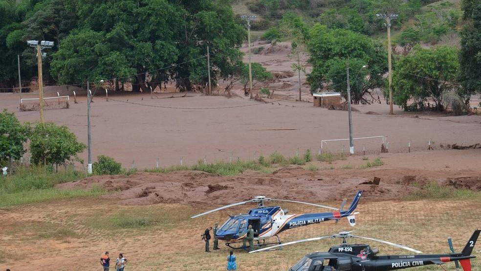 A família mora próximo do campo de futebol, que foi coberto por lama em 2015 (acima) e continua em obras (Foto: Antonio Cruz/Agência Brasil)