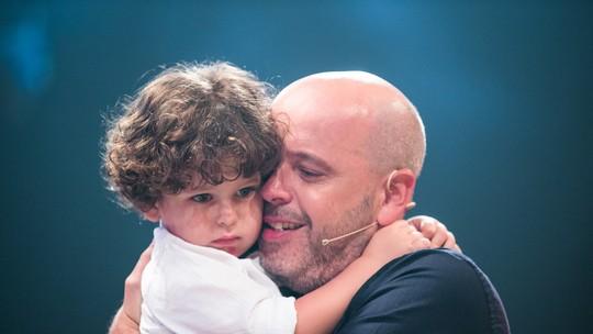 Alex Escobar chora com participação do filho caçula no 'Tamanho Família'