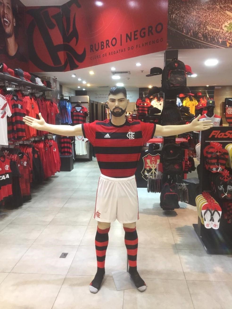 Boneco em tamanho real de Gabigol na loja oficial do Flamengo no Carioca Shopping — Foto: Divulgação