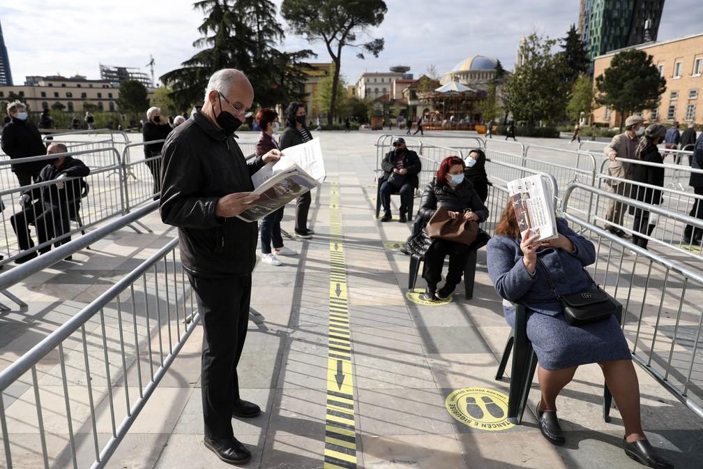 Pessoas esperam em fila do lado de fora de um centro de vacinação em Tirana, na Albânia, nesta quinta-feira (15) — Foto: AP