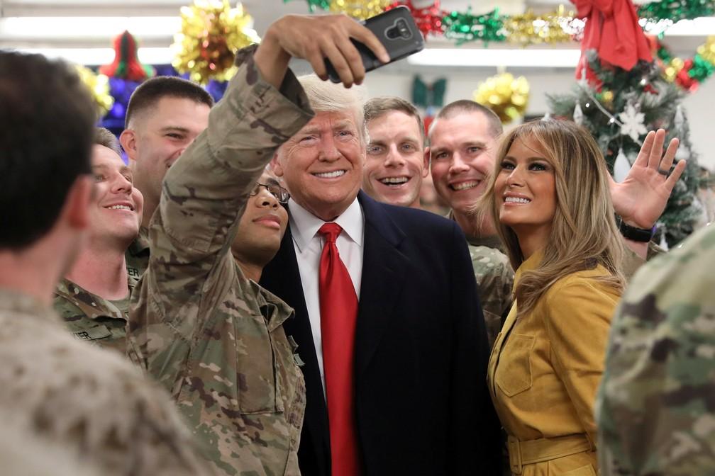 Militar norte-americana faz selfie com Donald Trump e Melania durante visita do presidente ao Iraque — Foto: Jonathan Ernst/Reuters