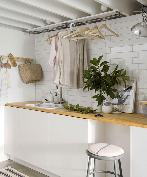 No térreo, uma lavanderia segue o mesmo design minimalista de toda a casa (Foto: Indecora/ Reprodução)